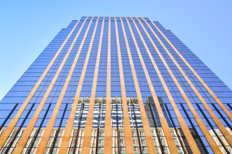 Het kijken omhoog de voorgevel van een bureaugebouw stock fotografie