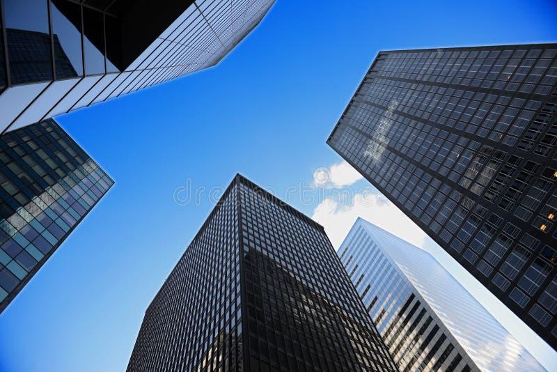 Het kijken omhoog een blok van het wolkenkrabberbureau stock afbeelding