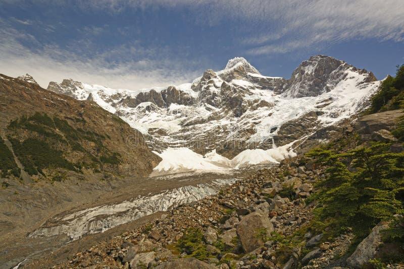 Het kijken omhoog een Ijzige Vallei in de Andes stock fotografie
