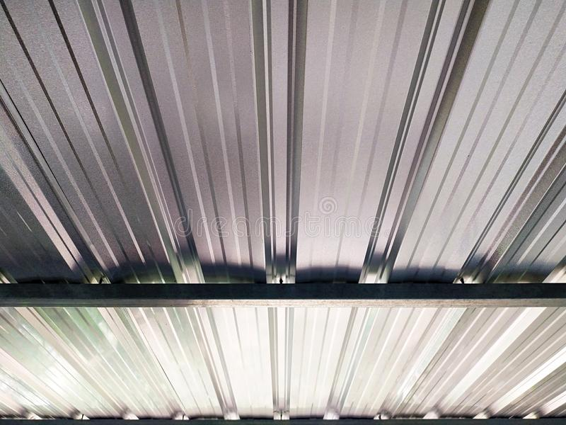 Het kijken omhoog onder het dak van metaalbladen royalty-vrije stock foto