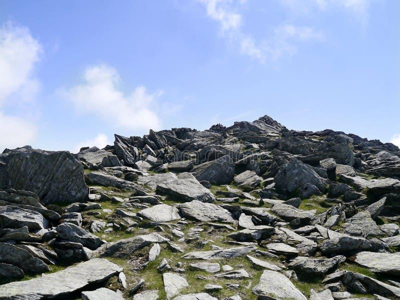 Het kijken omhoog rotsachtige weg aan leurders stock foto's