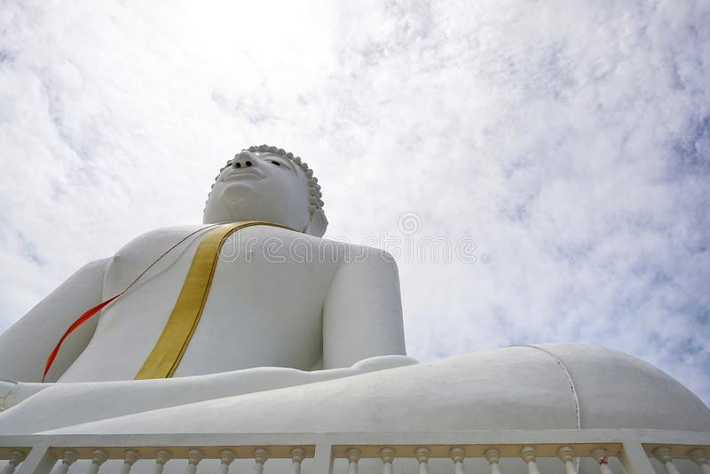 Het kijken omhoog van het grote witte standbeeld van Boedha op blauwe hemelachtergrond in Wat Phai Rong Wua-tempel royalty-vrije stock fotografie