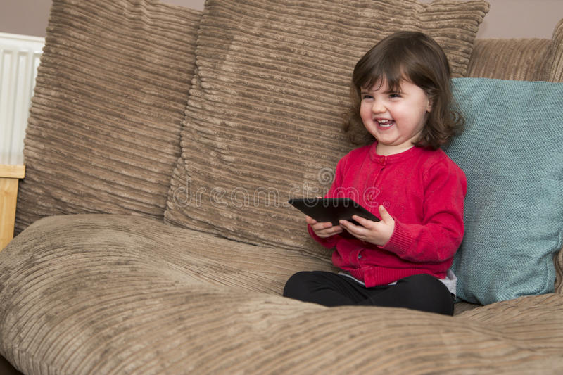Het kijken omhoog van tablet en het lachen royalty-vrije stock foto