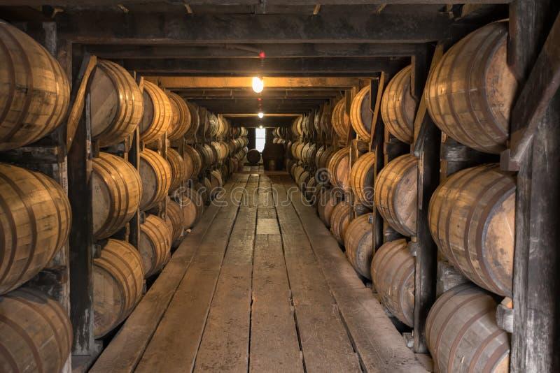 Het kijken onderaan Gang in Bourbon het Verouderen Pakhuis royalty-vrije stock afbeeldingen