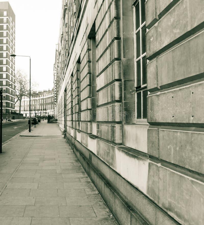 Het kijken onderaan Hastings-Straat Londen Engeland royalty-vrije stock foto