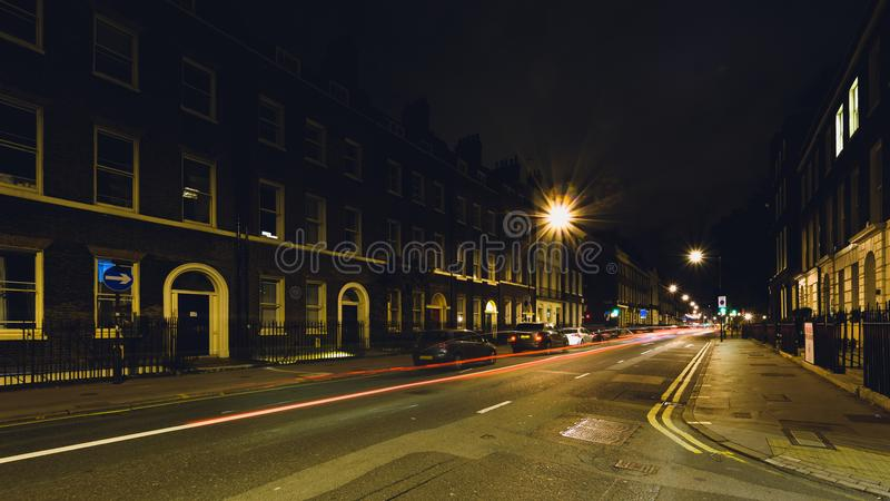 Het kijken onderaan 's nachts Gower Street stock fotografie