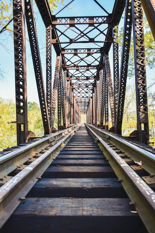 Het kijken onderaan thetracks op een treinbrug royalty-vrije stock afbeelding