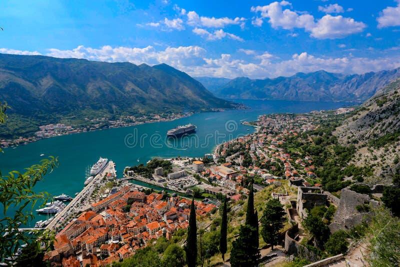 Het kijken over de Baai van Kotor in Montenegro met mening van mountai royalty-vrije stock fotografie