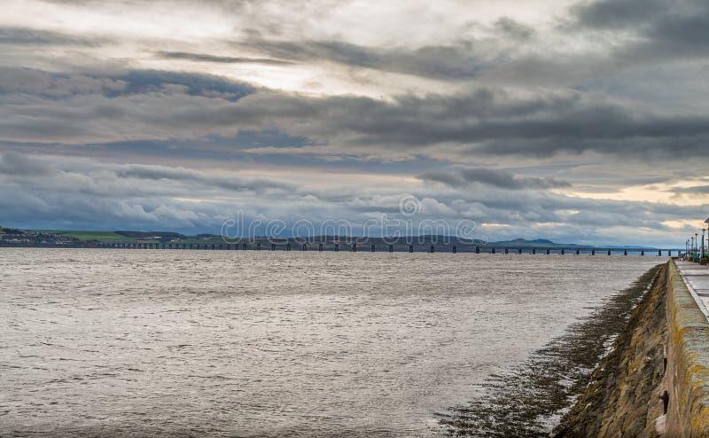 Het kijken over de Rivier Tay Dundee Towards de Spoorbrug in t stock foto