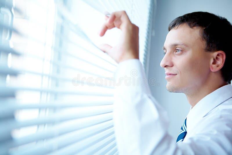 Het kijken uit het venster royalty-vrije stock afbeeldingen