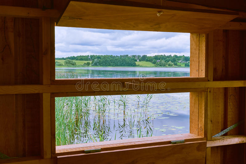 Het kijken uit op een meer en groene gebieden stock afbeeldingen