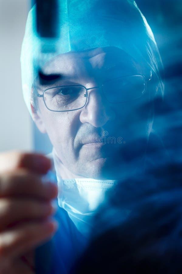 Het kijken van de arts royalty-vrije stock fotografie