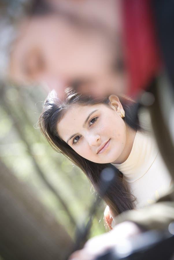 Het kijken van de man en van de vrouw stock fotografie
