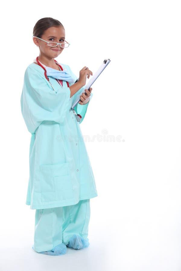 Het kind in artsen schrobt stock foto
