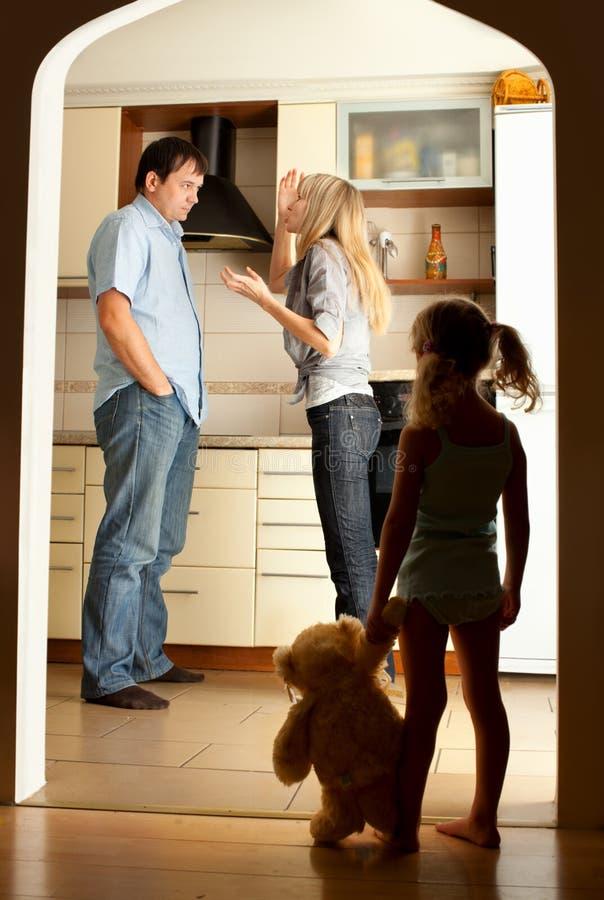 Het kind bekijkt de zwerende ouders royalty-vrije stock foto