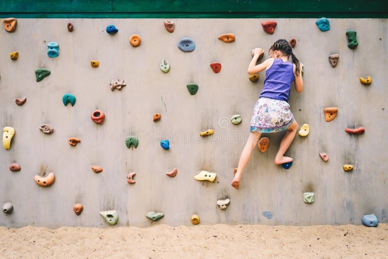 Het kind, het beklimmen, mensen, meisje, sport, rots, muur, jongelui, hangt, p stock afbeeldingen