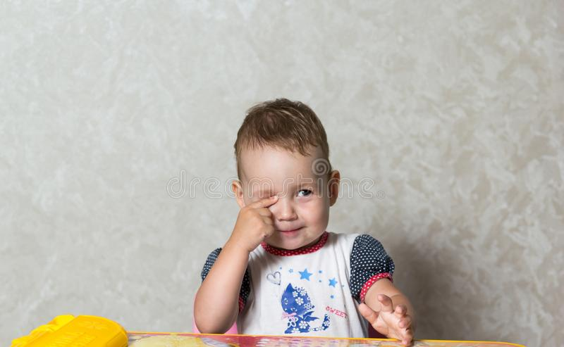 Het kind bestudeert de delen van het lichaam royalty-vrije stock afbeelding