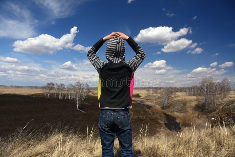 Het kind bewondert het de lentelandschap stock fotografie