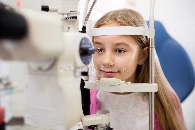 Het kind bij oogspecialist controleert visie royalty-vrije stock fotografie