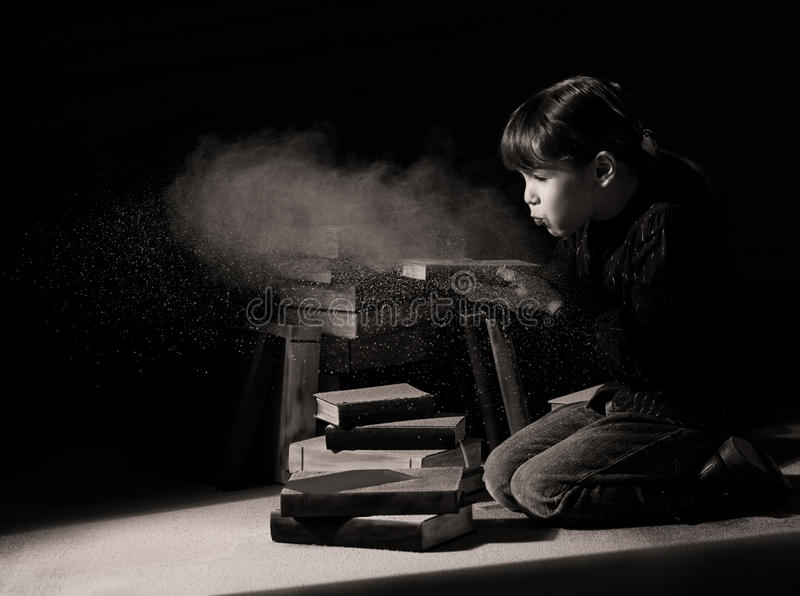 Het kind dat van het meisje verborgen boeken in zolder ontdekt stock afbeeldingen
