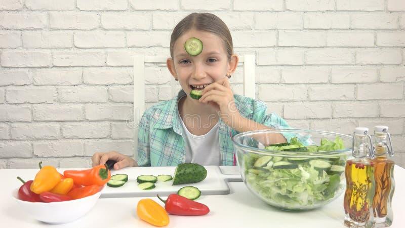 Het kind die Groene Salade, Jong geitje in Keuken, Meisje eten eet Verse Groente, Gezond Voedsel royalty-vrije stock fotografie