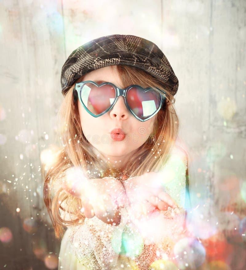 Het kind die Kleurrijke Fonkeling blazen schittert stock afbeeldingen
