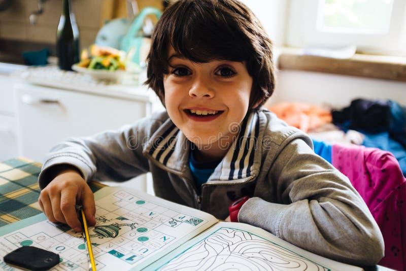 Het kind draagt thuiswerk royalty-vrije stock fotografie