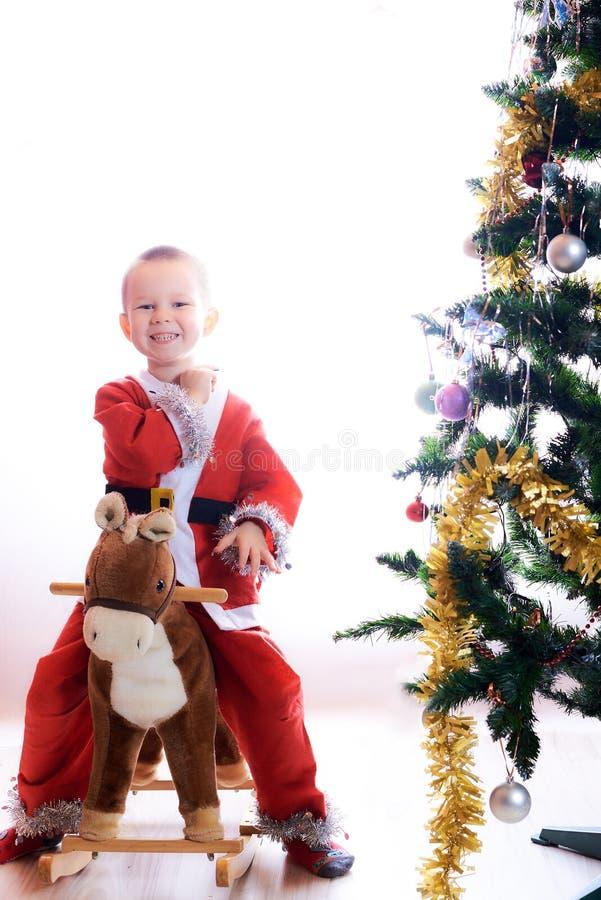 Het kind in een kostuum van de Kerstmisgnoom stock afbeeldingen
