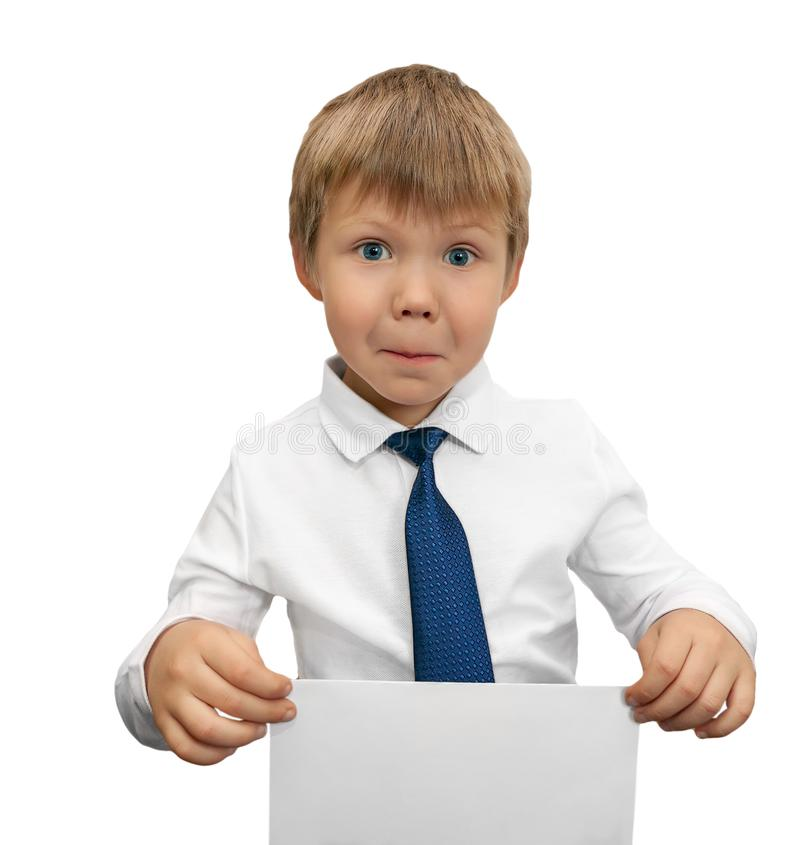 Het kind in een witte overhemd en een band houdt een teken in zijn hand royalty-vrije stock fotografie