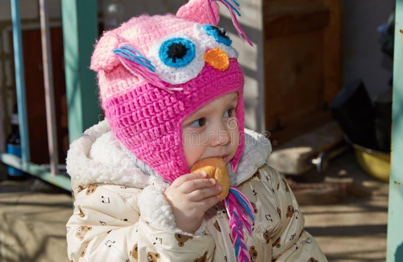 Het kind eet brood royalty-vrije stock afbeelding
