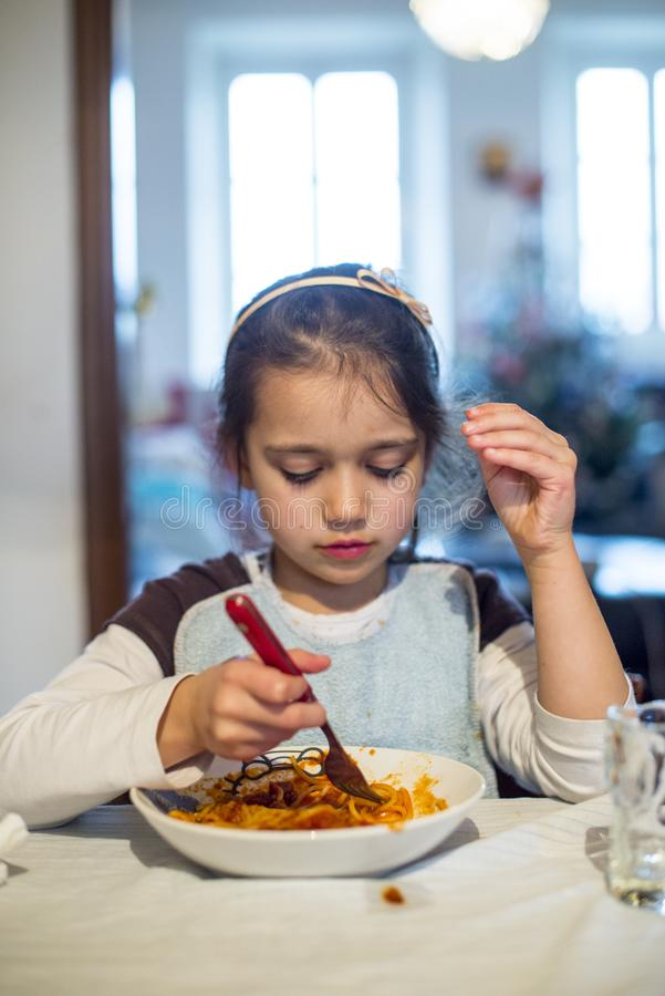 Het kind eet spaghetti stock afbeeldingen