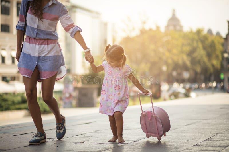 Het kind gaat altijd naar de stappen van ouders stock afbeeldingen