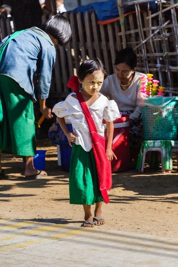Het kind gaat naar basisschool in Ngapali-strand, Myanmar stock foto's