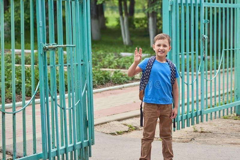 Het kind gaat naar school de jongensschooljongen gaat naar school in de ochtend stock fotografie