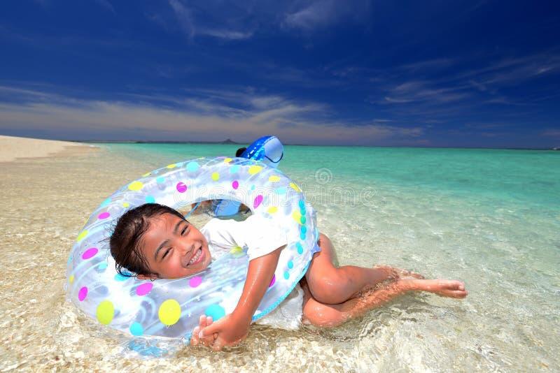 Het kind geniet van de zon royalty-vrije stock afbeelding