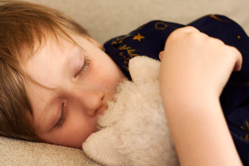 Het kind heeft een rust stock foto