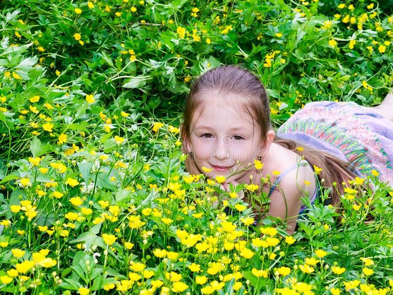 Het kind het meisje heeft een rust op een open plek royalty-vrije stock afbeelding