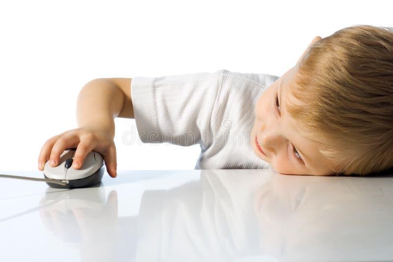 Het kind houdt de computermuis stock afbeeldingen