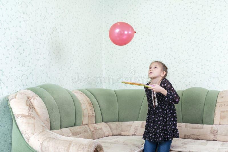 Het kind jongleert met ballon royalty-vrije stock afbeeldingen