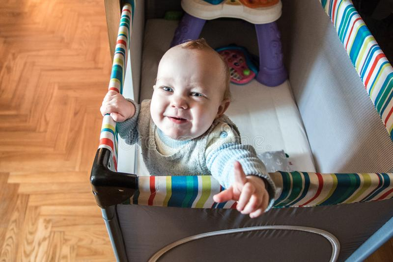Het kind kijkt binnen ongelukkig royalty-vrije stock foto's
