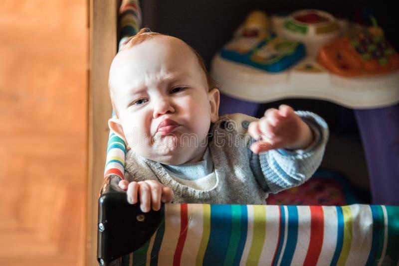 Het kind kijkt binnen ongelukkig stock foto