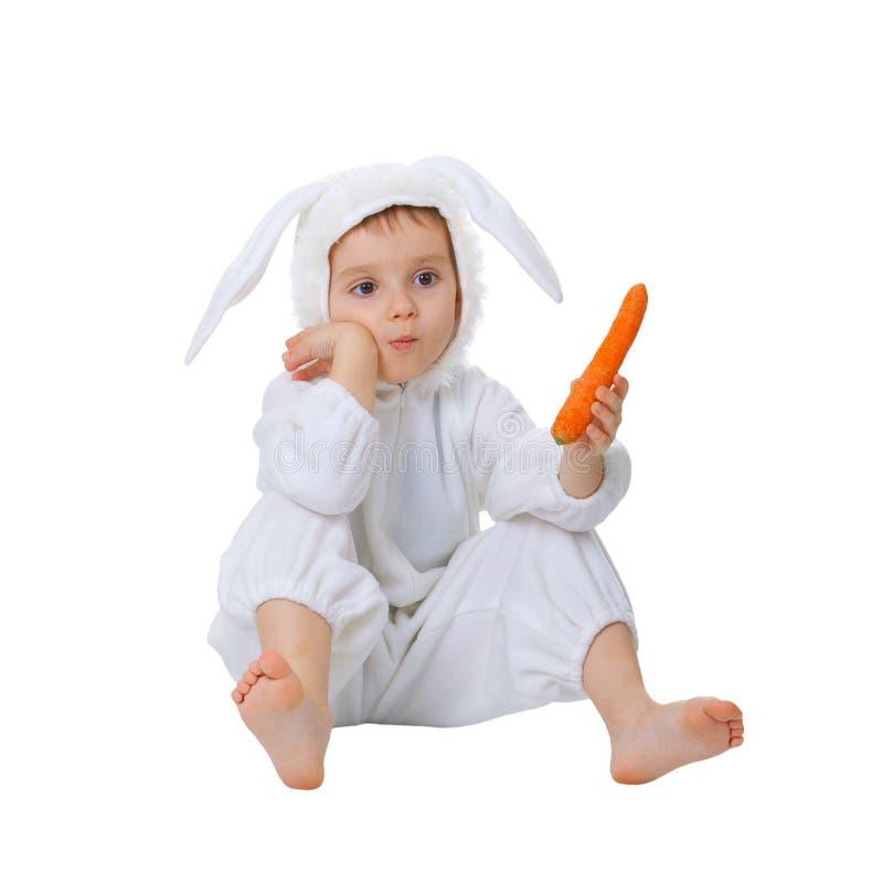 Het kind kleedde zich als konijn met een wortel stock afbeeldingen