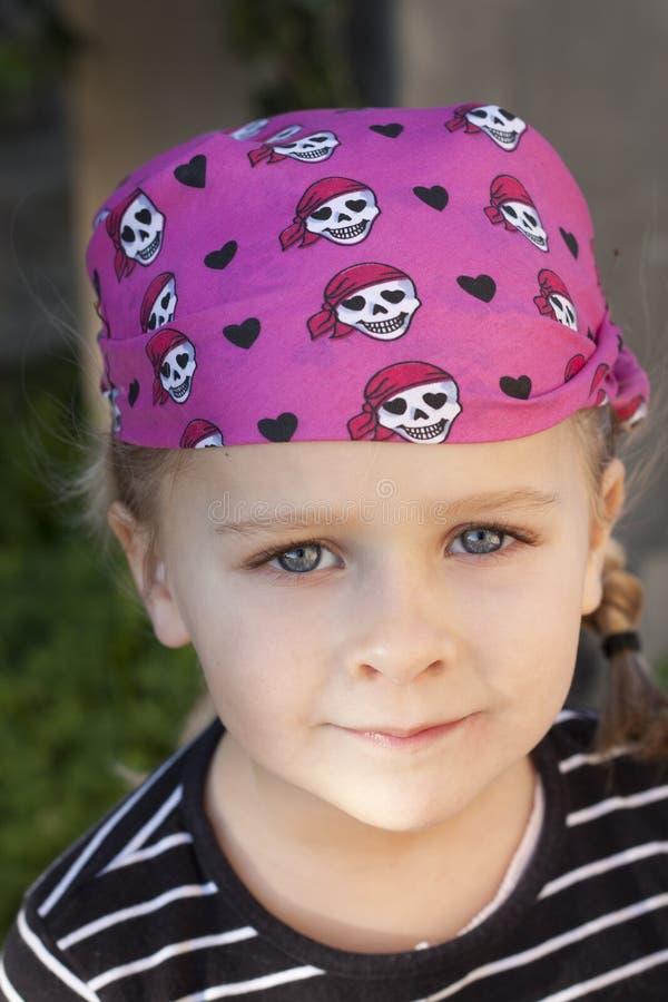 Het kind kleedde zich als piraat royalty-vrije stock afbeeldingen