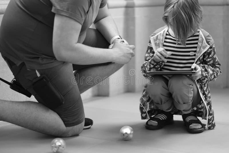 Het kind leert om de robot te controleren royalty-vrije stock foto's