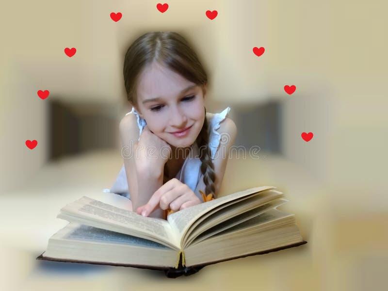 Het kind leest een roman stock afbeeldingen