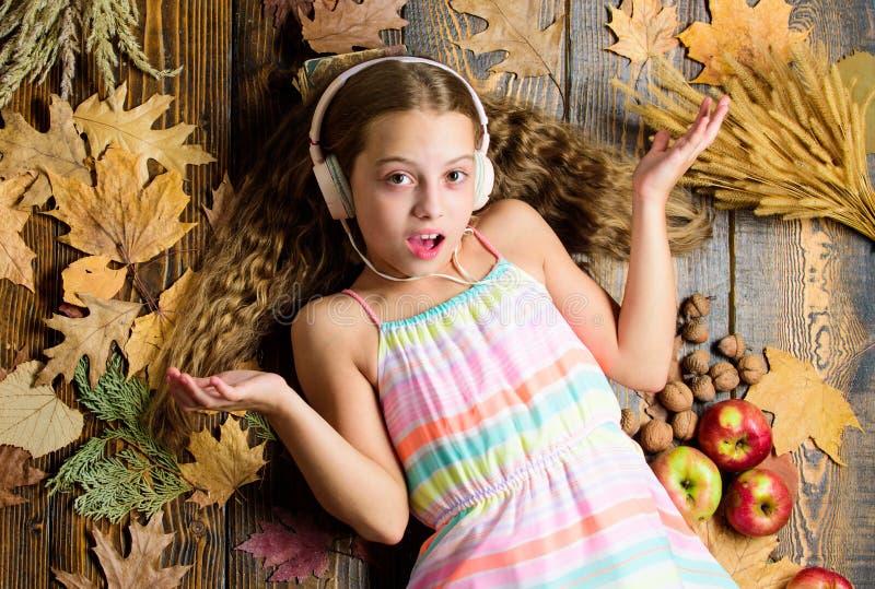 Het kind luistert muziek die hoogste mening ontspannen Playlist Beste liederen van de de herfstmuziek over daling Geniet van muzi stock afbeelding