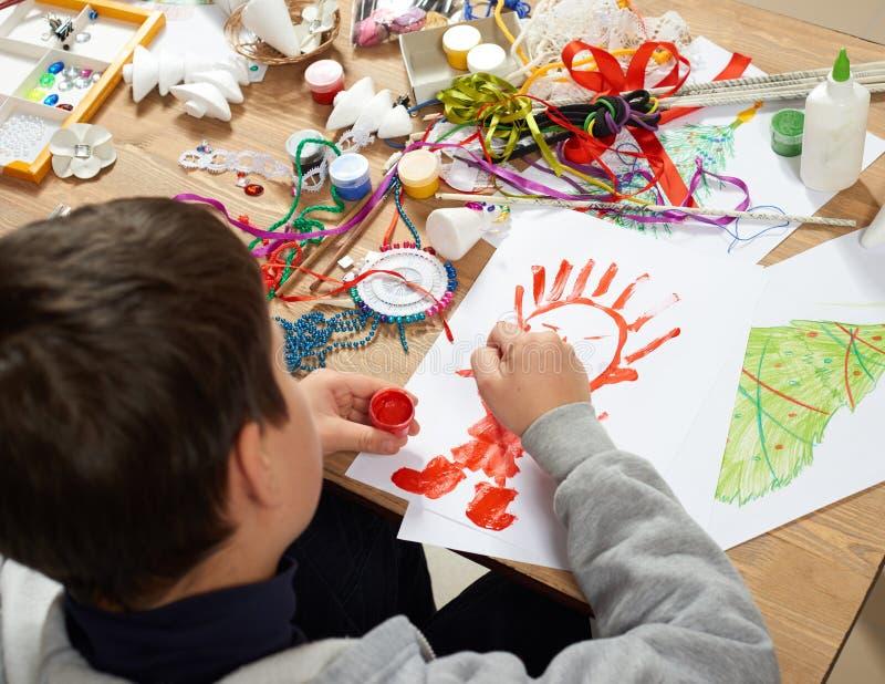 Het kind maakt ambachten en speelgoed, met de hand gemaakt concept Kunstwerkwerkplaats met creatieve toebehoren royalty-vrije stock afbeelding