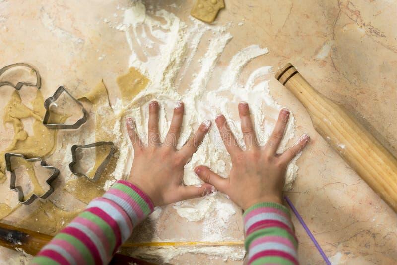 Het kind maakt koekjes Op de de het deegvorm en deegrol van de lijstbloem royalty-vrije stock foto's