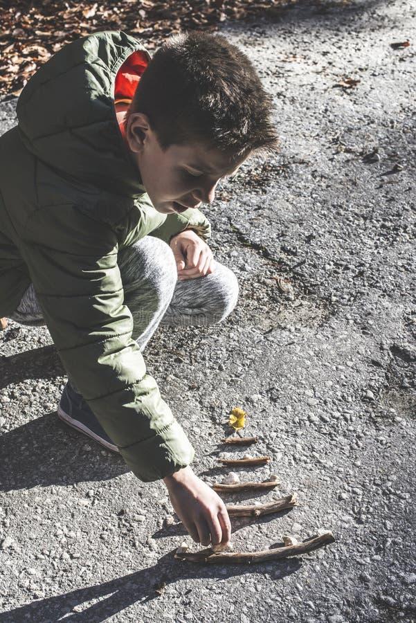 Het kind maakt pijnboomboom royalty-vrije stock fotografie