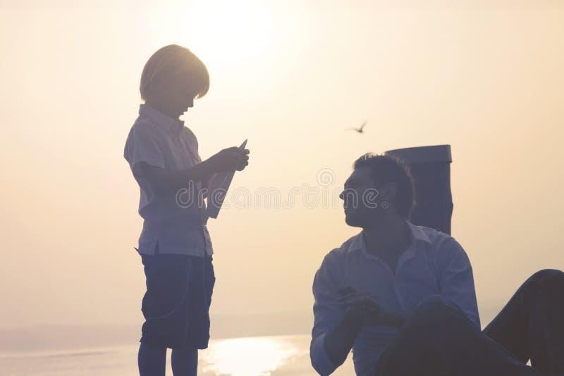 Het kind maakt tot vlieg zijn document vliegtuig royalty-vrije stock afbeelding